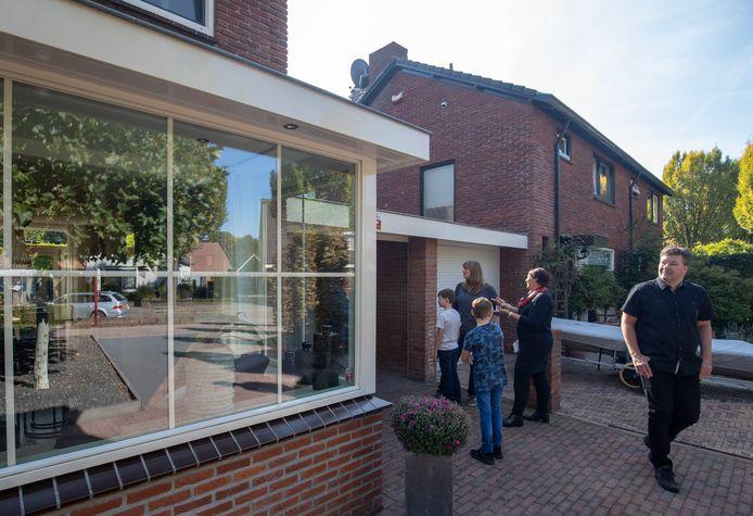 Petra en Hendrie van der Meij laten hun woning zien aan de familie Bergwerff uit Vlaardingen. De heer Bergwerff gaat werken bij de nieuwe vestiging van Unilever op de campus van de WUR in Wageningen.