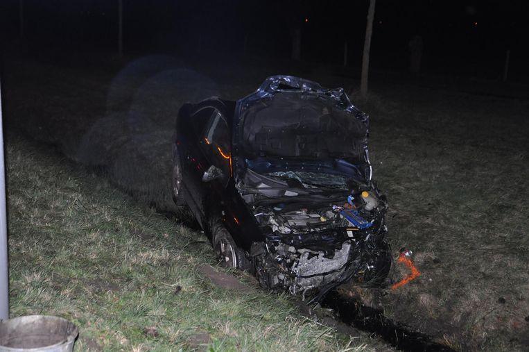 Door de klap belandde de Opel in de gracht.