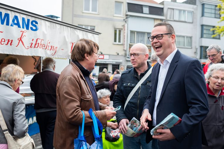 Waals PVDA-kopstuk Raoul Hedebouw amuseert zich op de markt van Merksem, waar hij de campagne van zijn voorzitter Peter Mertens komt steunen.