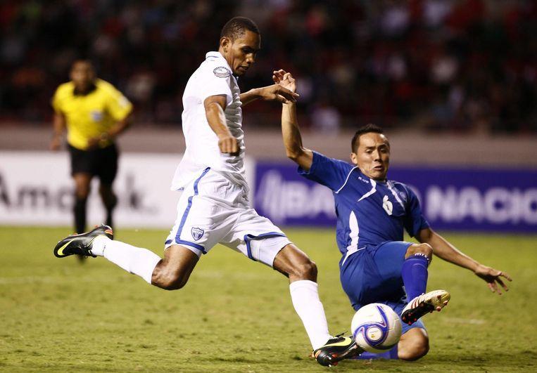 Een voetbalwedstrijd tussen El Salvador en Honduras tijdens de Central American Cup in 2013. Beeld epa