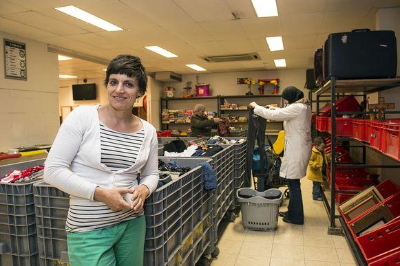 """Fenna Bouve van De Kringwinkel toont het nieuwe concept. """"Het is een ludieke beleving om hier te shoppen."""""""