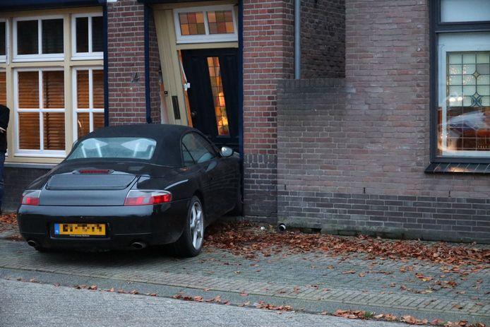 De zwaar beschadigde Porsche in het huis in Kaatsheuvel.