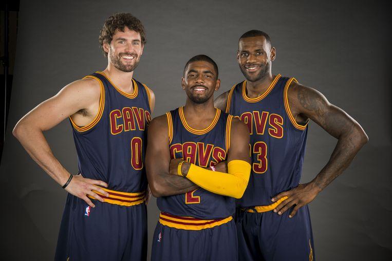 Ook de toppers Kevin Love (nummer 0), Kyrie Irving (2) en LeBron James (23) van Cleveland worden mogelijk door hun coach uit voorzorg op de bank gehouden. Beeld AFP