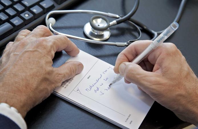 2011-10-23 00:00:00 OVERVEEN (ARCHIEFFOTO) - Informatie over de kwaliteit van huisartsen moet openbaar en makkelijk toegankelijk worden. Dat wil patiëntenorganisatie NPCF. Uit een inventarisatie onder de achterban blijkt dat patiënten willen weten hoe goed hun huisarts is in vergelijking met andere artsen. Ook geven veel patiënten aan dat het moeilijk is om te wisselen van huisarts. ANP XTRA KOEN SUYK