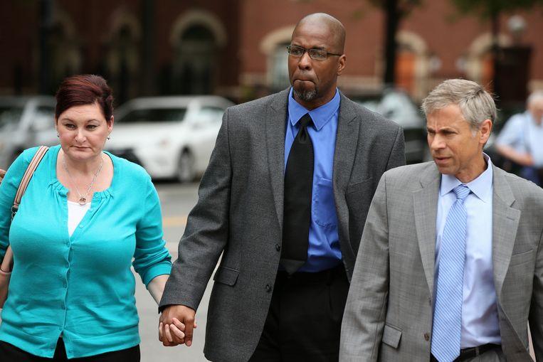 CIA-agent Jeffrey Sterling en zijn vrouw vlak voor de uitspraak van de rechter. Beeld ap