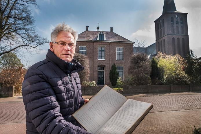 Cor Janssen met het oude oorlogsdagboek van de vroegere pastoor van Beugen.