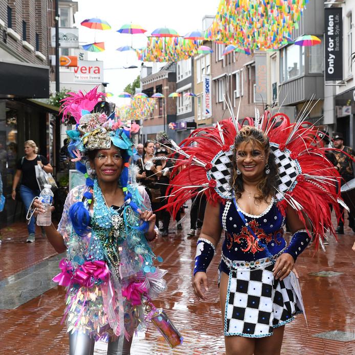 OOSTERHOUT. Foto Jan Stads / Pix4profs Zomercarnaval in Oosterhout op de Markt en de Leijsendonk. Een dag van de regen in de drup en soms wel eens zon maar veel dansplezier.