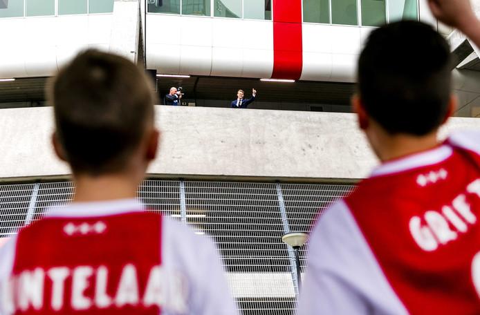 Matthijs de Ligt zwaait naar een groepje fans bij aankomst bij de Johan Cruijff Arena.