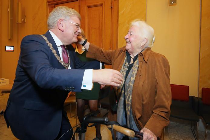 De herbenoemde Jan van Zanen wordt gefeliciteerd door oud-burgemeester Lien Vos-van Gortel.