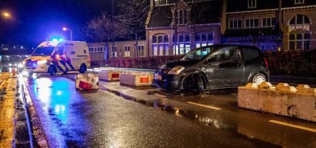 Auto botst tegen betonblok in Roosendaal, inzittende naar ziekenhuis