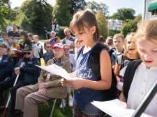 Duitse en Nederlandse kinderen zingen voor de vrede in Beek
