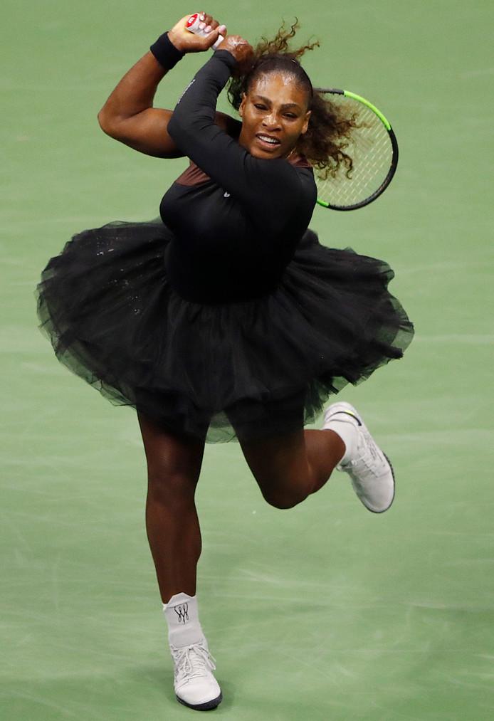 Met een voor haar doen bescheiden outfit is Serena Williams in New York op jacht naar haar 24ste grandslamtitel.