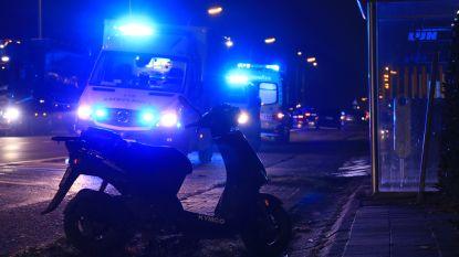Bromfietser rijdt passagier aan die net van de bus stapt