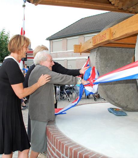 Honderdjarige onthult replica Middelbeerse molen