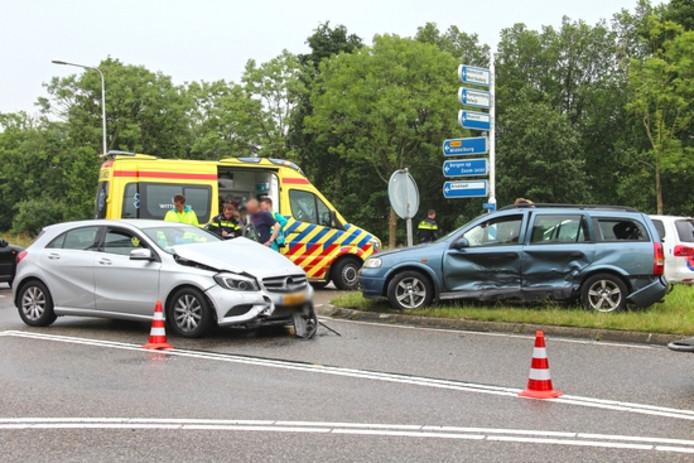 De twee auto's zijn beschadigd geraakt na de botsing.