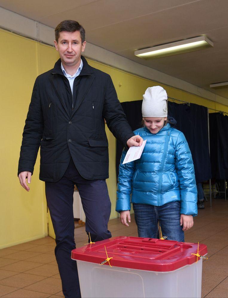 Vjaceslavs Dombrovskis, leider van de partij Harmonie, brengt zijn stem uit in de Letse hoofdstad Riga.