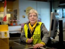 Caissière Yvonne gaat na 43 jaar met pensioen en dacht altijd met klanten mee: 'Pak nog een netje mandarijnen, de tweede zak is gratis'