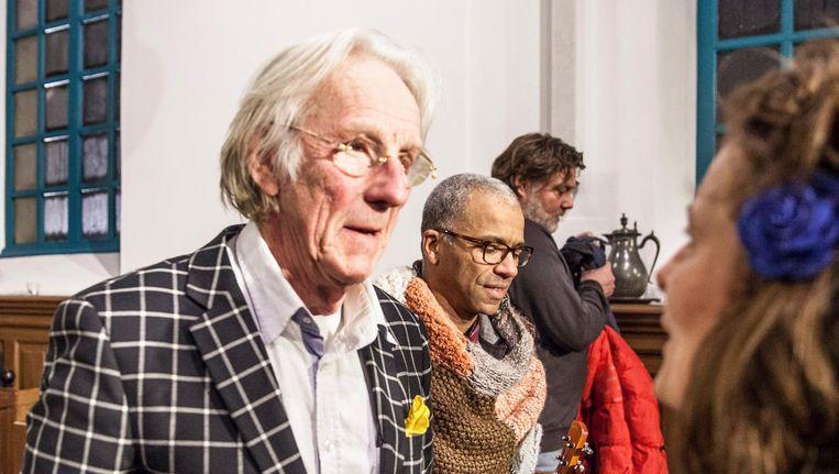 Freek de Jonge bij een bijeenkomst in Westernieland, waar hij spreekt met Groninger inwoners die zich 'gevangen voelen in een onveilige gevangenis' door aardbevingen als gevolg van de gasboringen. Beeld Harry Cock