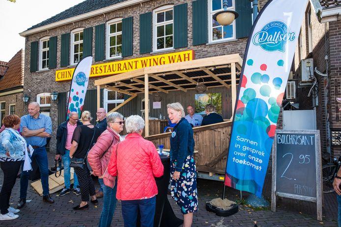 Bij het nieuwe mobiele café van de gemeente Dalfsen gingen zaterdag burgemeester Erica van Lente (r) en gemeenteraadsleden met de bevolking van Dalfsen in gesprek.
