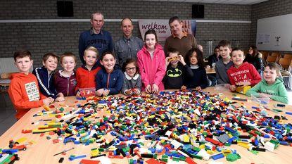 Twintig kinderen leven zich uit op legodag in zaal Parecia
