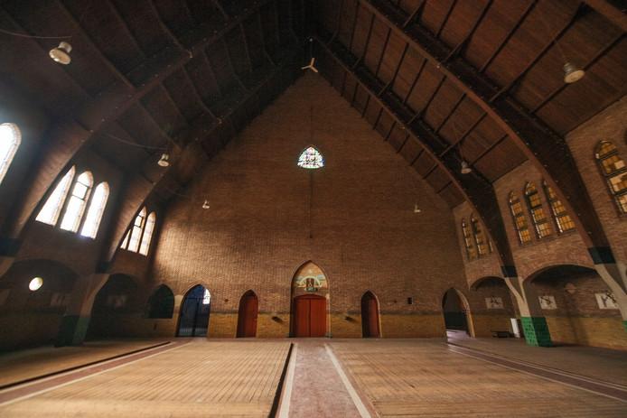 Zicht op de entree van de kerk. Voorbij de deur links is de kapel met 'de platte Jozef'