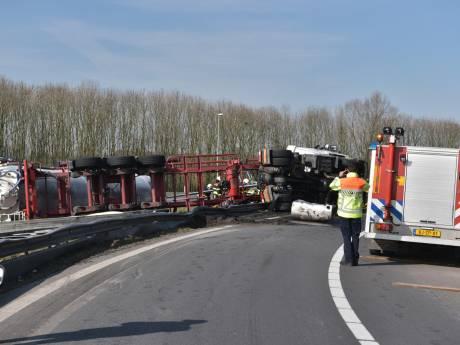 A59 tot zeker na de spits dicht door gekantelde vrachtwagen