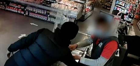 Man gaat twee keer naar dezelfde supermarkt om geld uit de kassa te stelen
