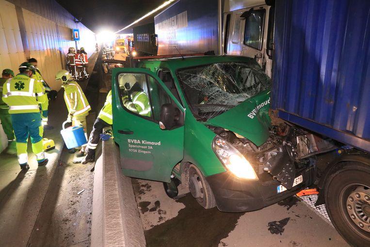 De chauffeur kwam als bij wonder zonder kleerscheuren uit het wrak.