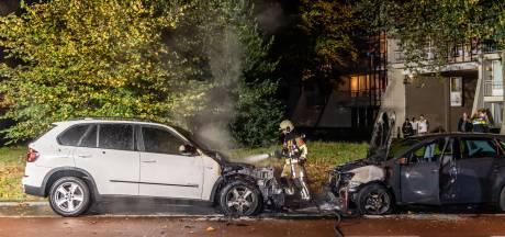 Twee auto's zwaar beschadigd door brand in Tilburg