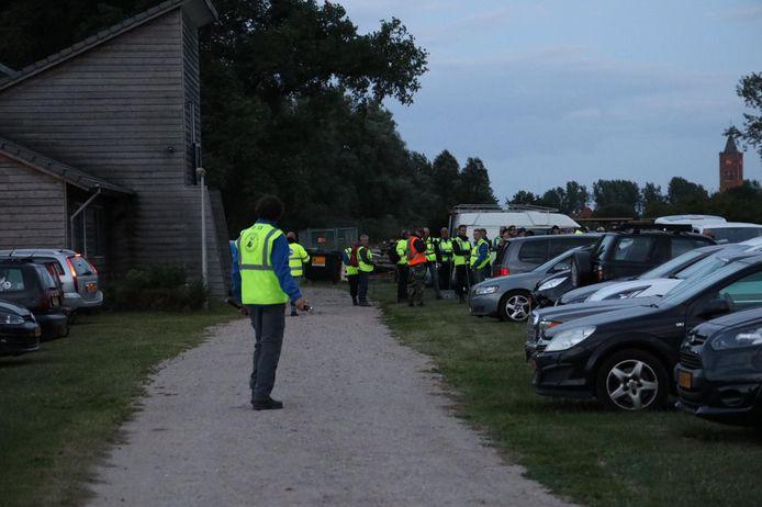 De politie en vrijwilligers bereiden een zoekactie voor bij de Rhedense veerweg in Giesbeek.