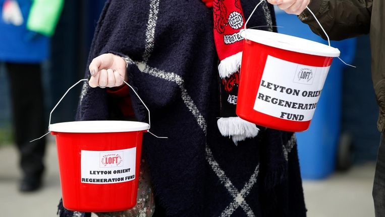 Fans van Leyton Orient fans verzamelen geld voor het stadion voor de wedstrijd begint collect money outside the ground before the match Beeld reuters