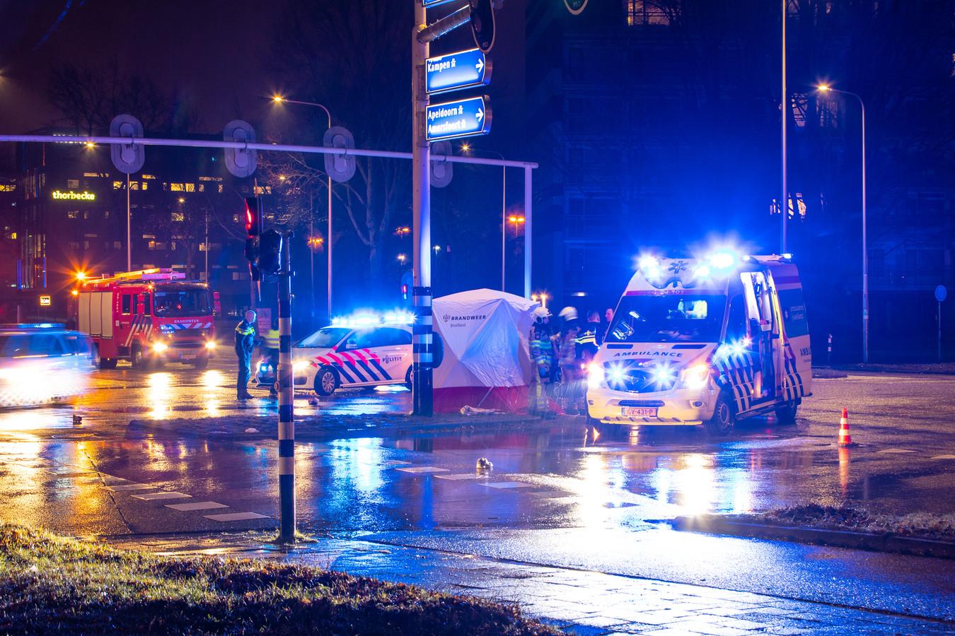 Het kruispunt in Zwolle werd na het ongeluk deels afgezet voor politie-onderzoek.