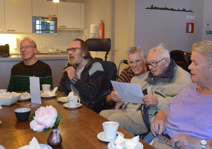 Herinneringen ophalen in het Museumcafé in Zierikzee met Marcel Schiettekatte, Joop de Ruiter, die laat zien hoe je de scheerkwast hanteert, begeleidster Andy Hendriks en Joop van Ast (vlnr).