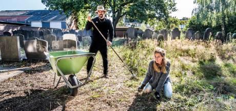 Gras groeit tot boven de knieën op joodse begraafplaats in Hengelo