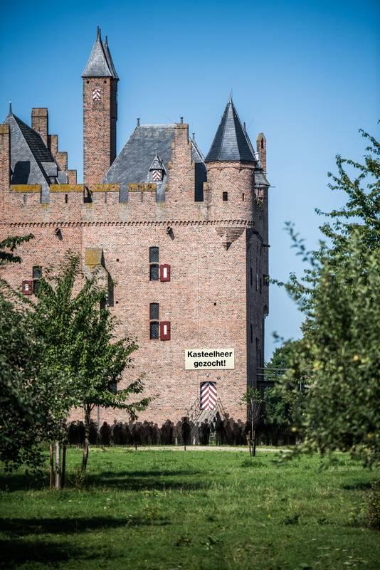 Kasteel Doornenburg met daarin gephotoshopt een menigte.