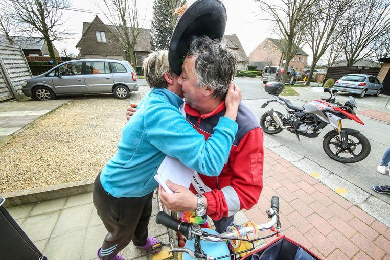 Moen Luc Voet (59) uit Zwevegem heeft vandaag zijn laatste ronde gedaan als postbode. Heel veel van zijn vaste 'klanten' hadden affiches en ballonnen uitgehangen aan hun brievenbus om te tonen hoe erg ze hun favoriete postbode gaan missen.