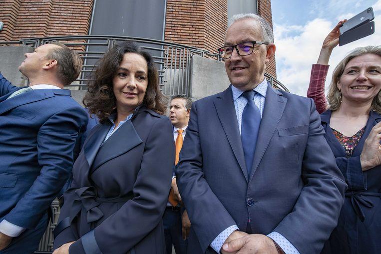 Burgemeesters Ahmed Aboutaleb (Rotterdam) en Femke Halsema (Amsterdam) wachten op Prinsjesdag bij het Mauritshuis op de Glazen Koets. Beeld ANP