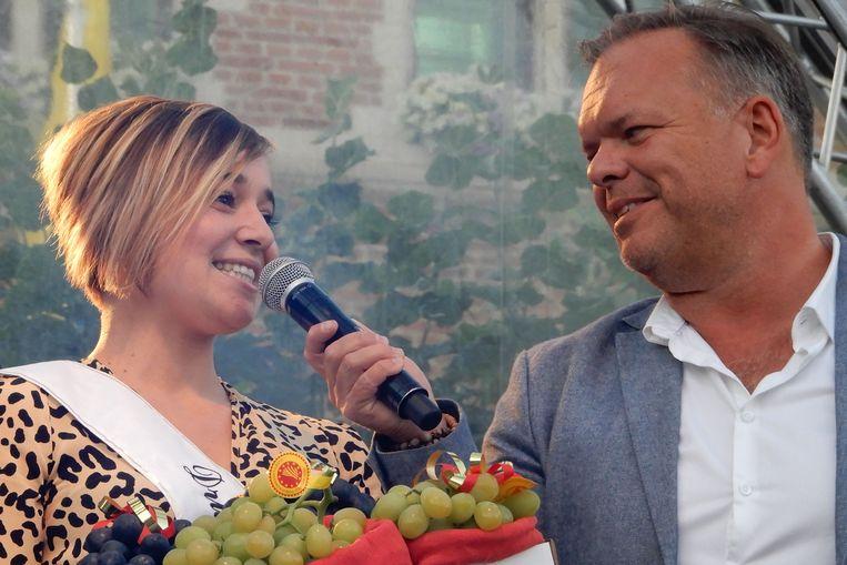 Nieuwe Druivenambassadeur Greet Dewit met presentator Lennart Segers