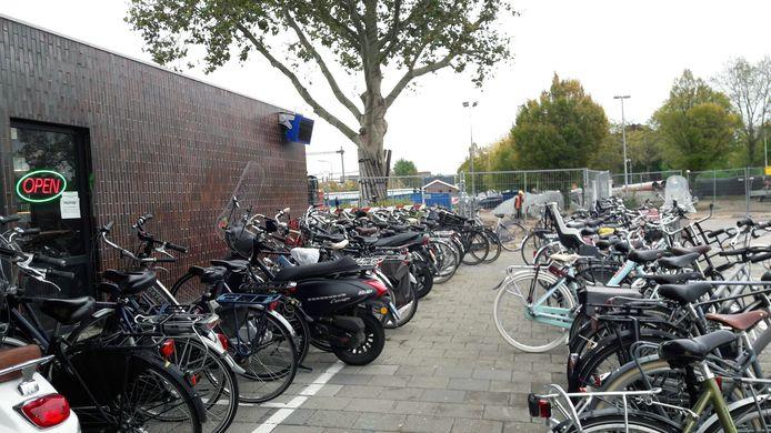 ProRail wil graag meer ruimte voor tijdelijke fietsenrekken bij het station.