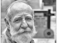 Hans Weijers onderhoudt vrijwillig oude graven uit de Tweede Wereldoorlog