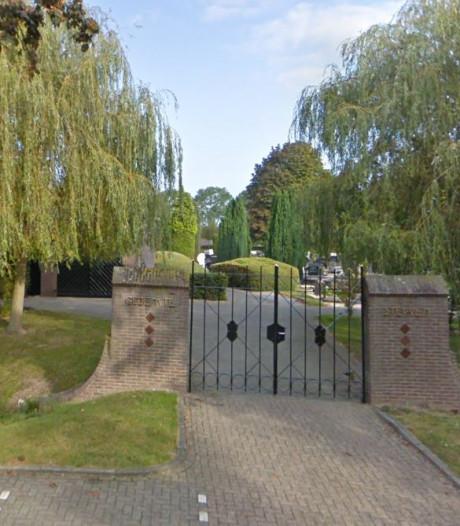 Meer gras en asfalt op begraafplaatsen in Woudrichem