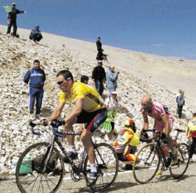 Lance Armstrong met in zijn kielzog Marco Pantani, die op 13 juli 2000 de etappe naar de Mont Ventoux zou winnen. (FOTO AFP) Beeld AFP
