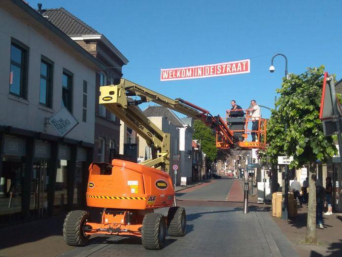 De opvallende banners werden vrijdagochtend opgehangen in de Grotestraat in Waalwijk.