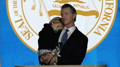 VIDEO. Nieuwe gouverneur van Californië geeft speech... maar het is zijn slaperige zoontje (2) die de show steelt