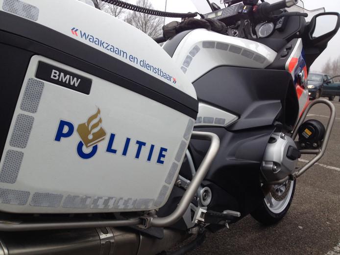 Motoragent naar ziekenhuis na aanrijding met auto in Zwolle.
