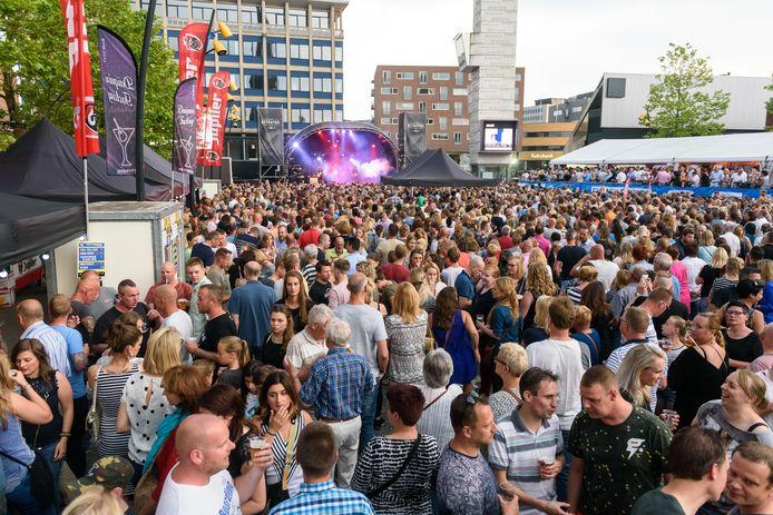 Nacht van Hengelo 2017. Optreden van zanger Waylon op marktplein.