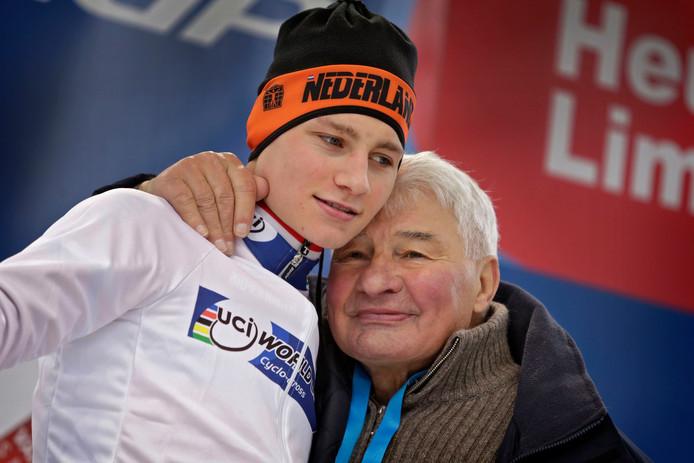 Mathieu van der Poel met zijn opa Raymond Poulidor in 2016.