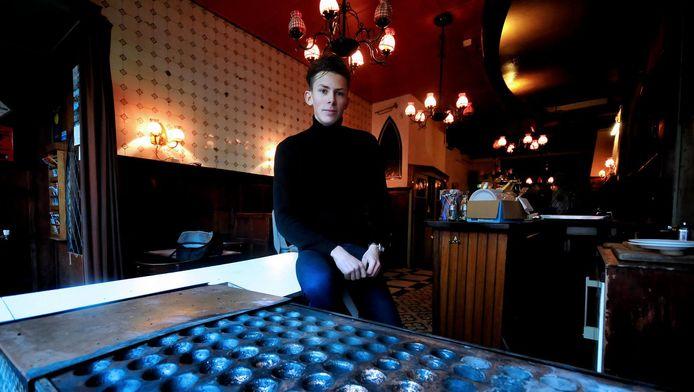 Dennis van Buuren in zijn nieuwe zaak. Het café behoudt dezelfde inrichting.