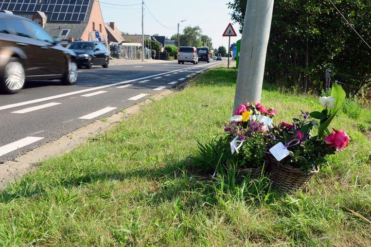 De Stationsstraat in Haacht. Bloemen herdenken de overleden jongens.