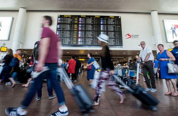 Mensen lopen haastig door de vertrekhal van Brussels Airport. Vanaf vandaag wordt elke reiziger die door ons land passeert gescreend. Daarvoor werken de vier Belgische veiligheidsdiensten samen in de nieuwe Passenger Information Unit. Archieffoto.